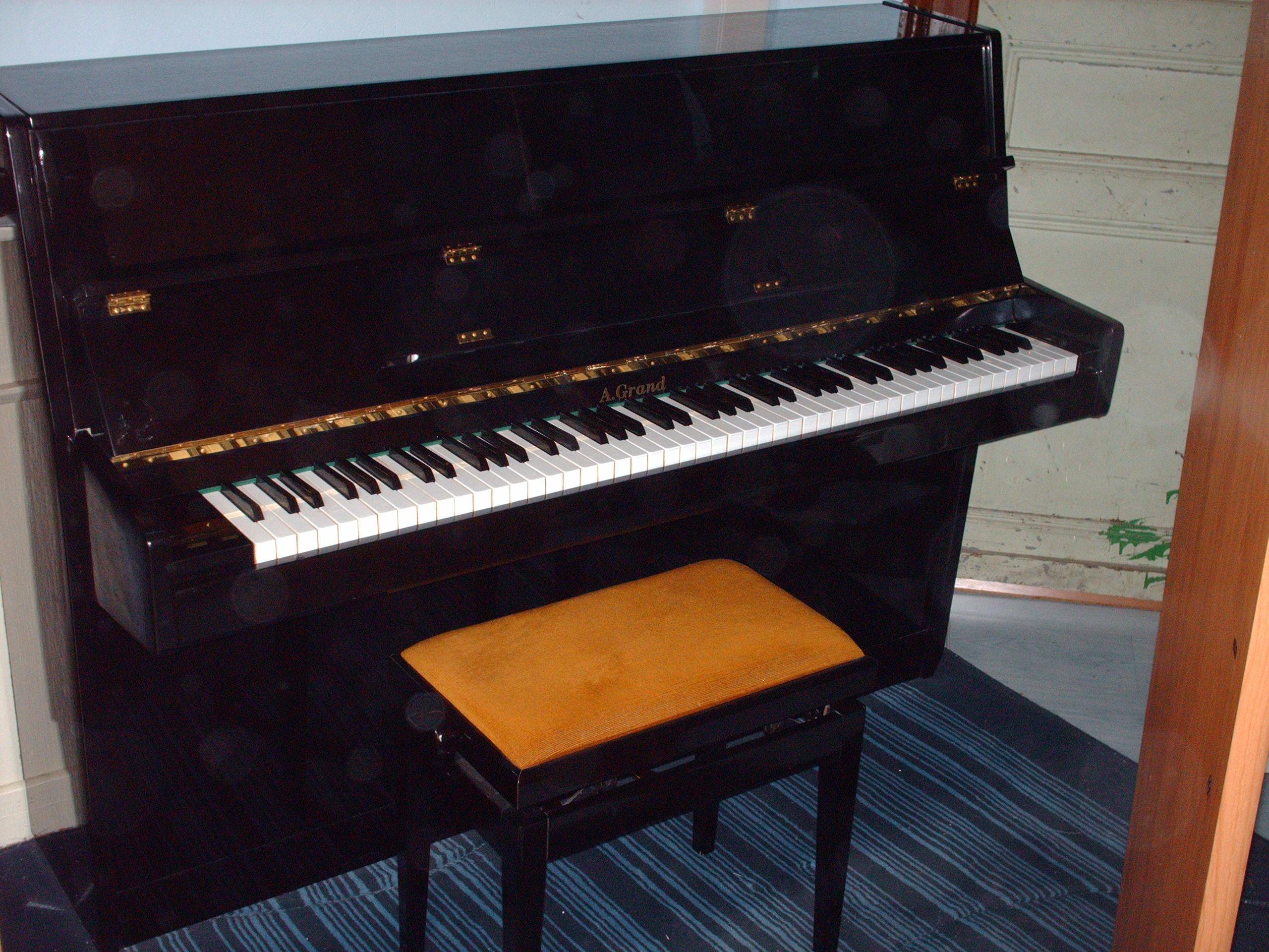 a vendre piano droit neuf si ge de pianiste pau 64000. Black Bedroom Furniture Sets. Home Design Ideas